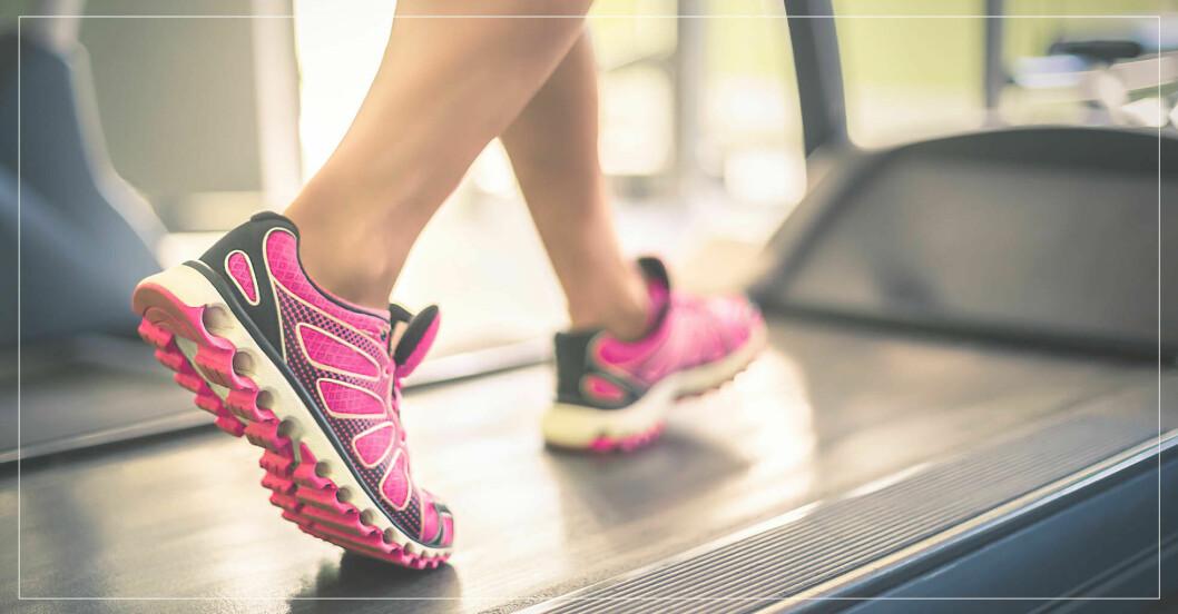 kvinna går på löpband enligt 12-5-30-metoden