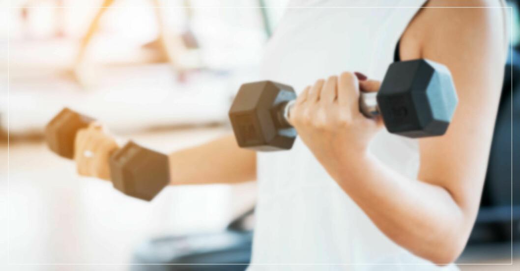 kvinna tränar hela kroppen med 2i1-övning