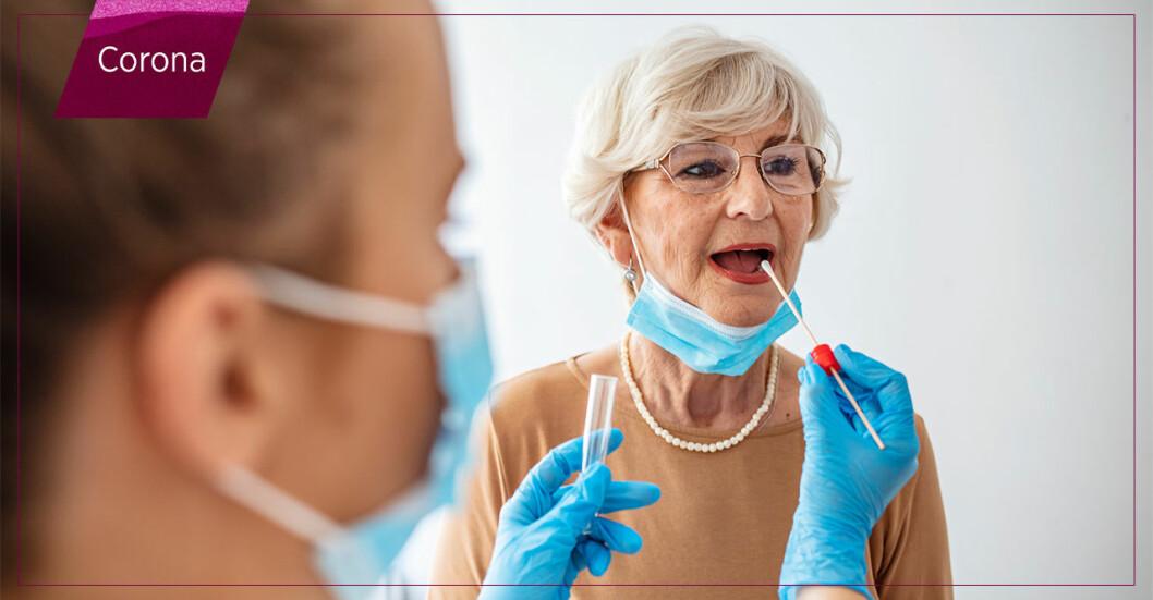 Äldre kvinna blir testad för covid-19.