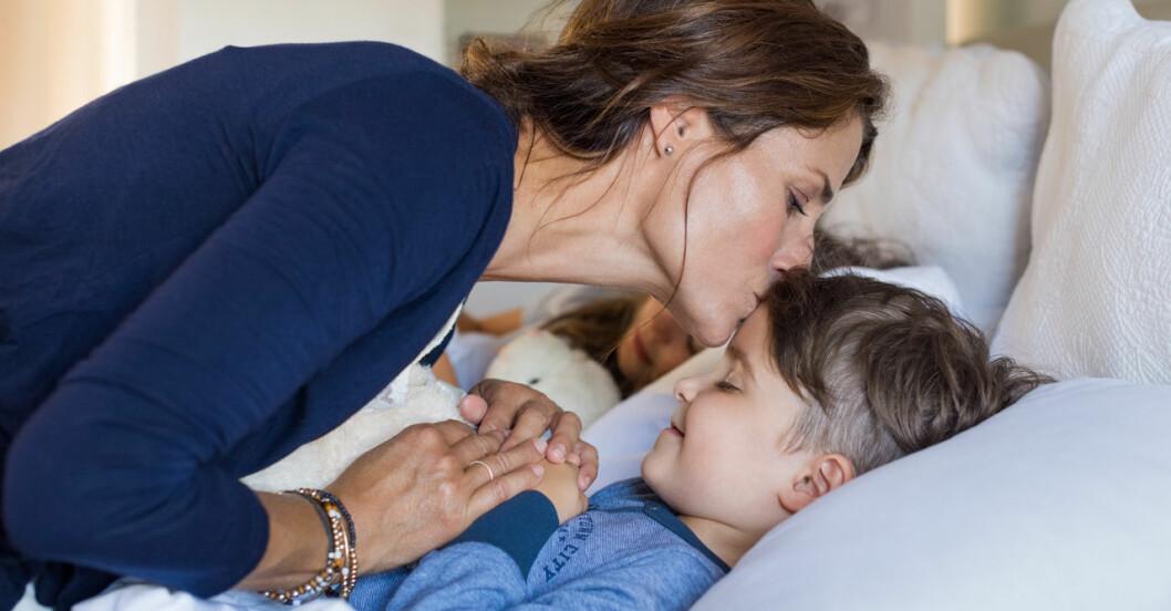 mamma pussar barn godnatt