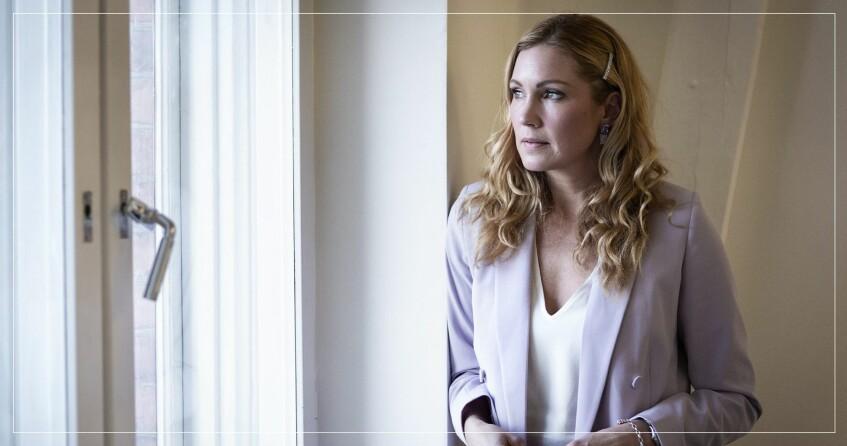 Jessica Almenäs tittar ut för fönster