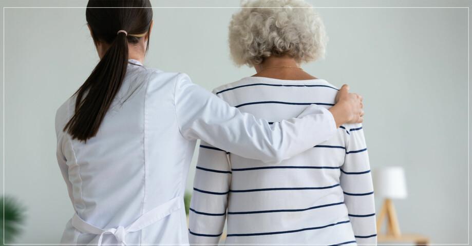 kvinnlig läkare hjälper håller om äldre kvinna