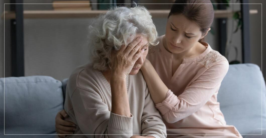 äldre dam blir tröstad av kvinna