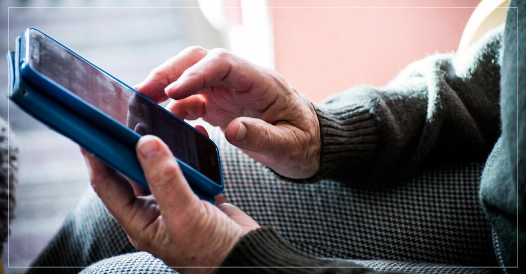 Äldre kvinna med mobil.