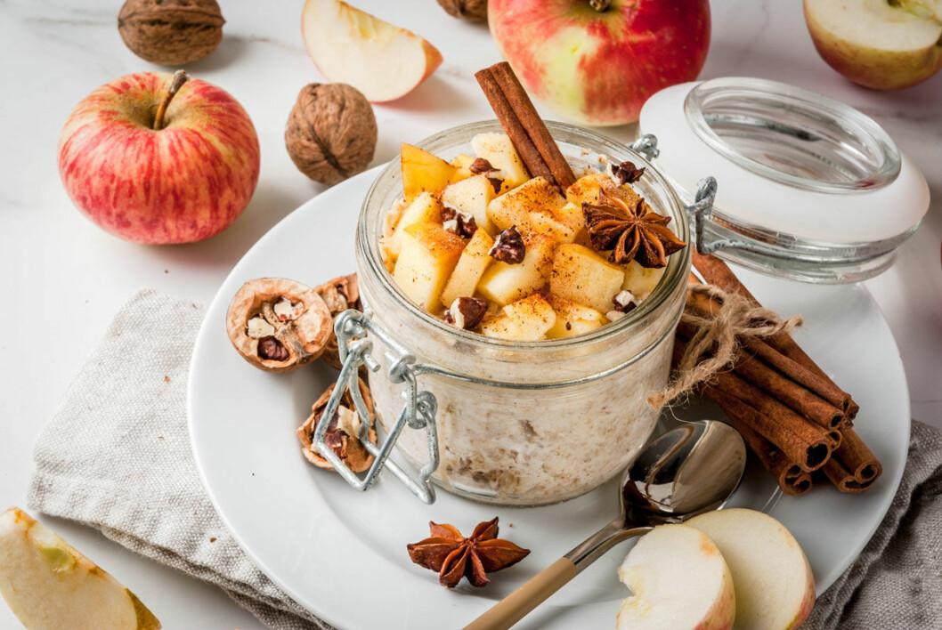 Overnight oats med äpple och kanel.
