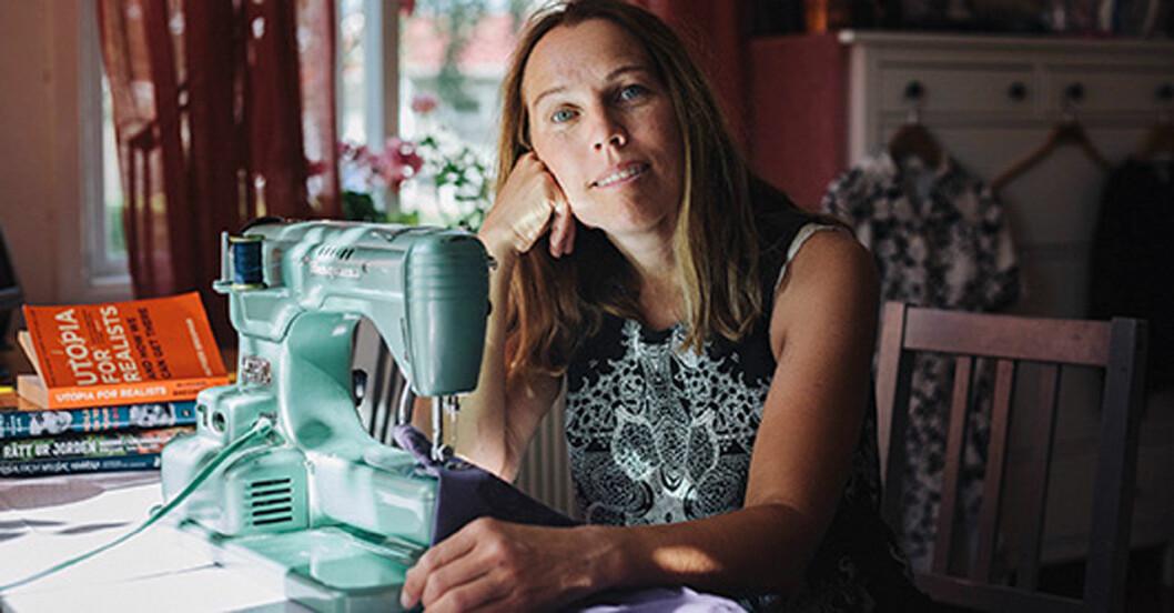 Åsa Axelsson sitter vid en Husqvarna automatic symaskin och syr.