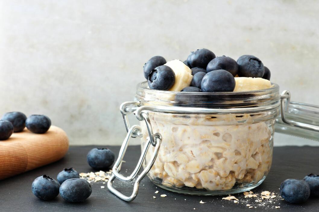 Overnight oats med banan och blåbär.