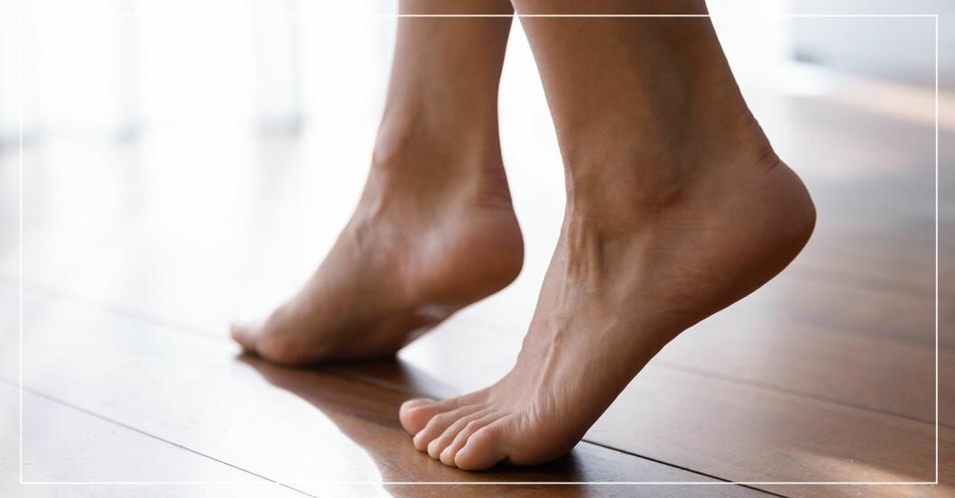 fötter barfota på ett golv