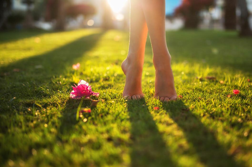 Så bra är det för fötterna att gå barfota! Och så dåligt är det med platta skor