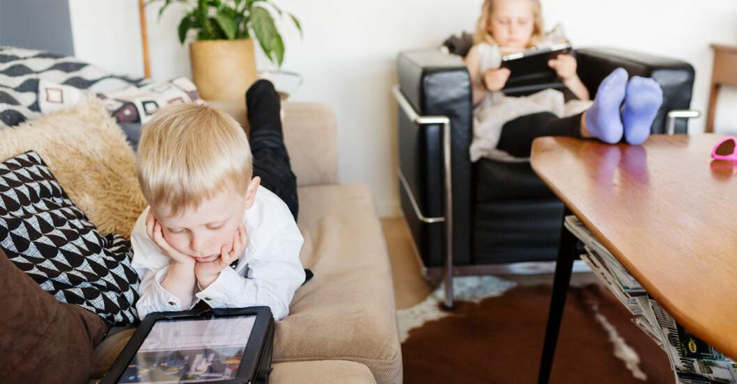 Barn stillasitande med skärm istället för motion