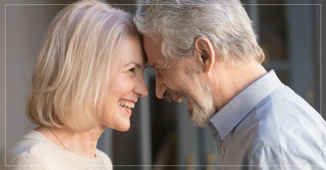 Par som ser varandra i ögonen och ler.