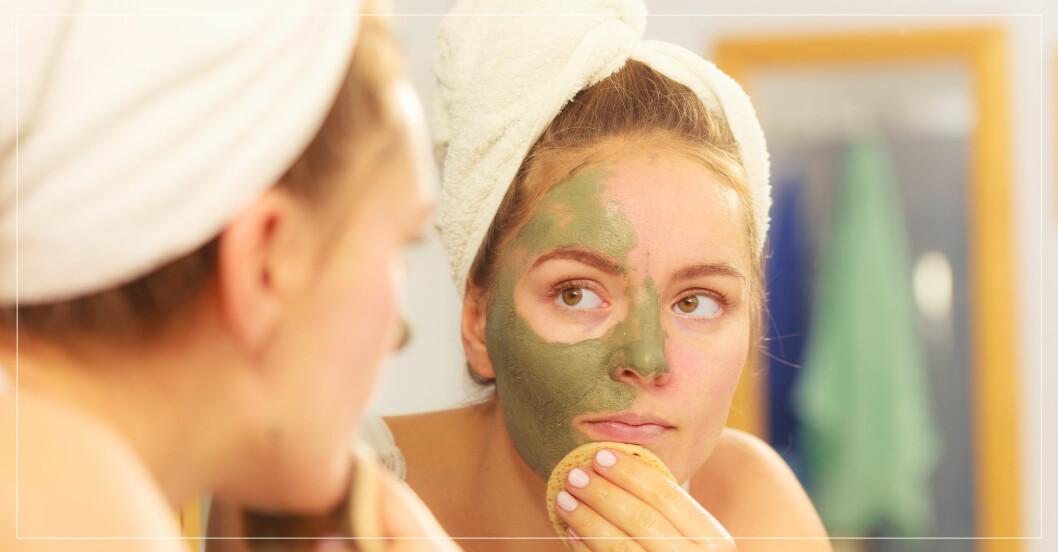 Kvinna tvättar bort grön ansiktsmask från sitt ansikte