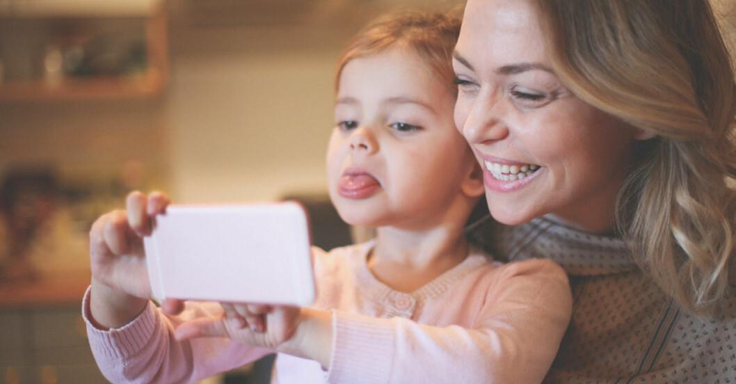 mamma och barn tar selfie
