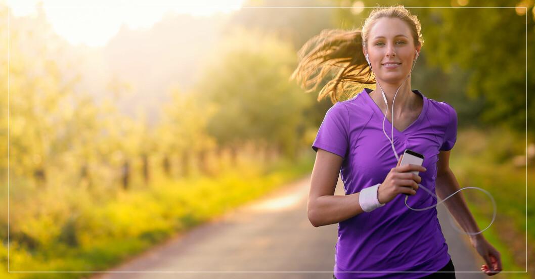kvinna börjar springa med hjälp av program