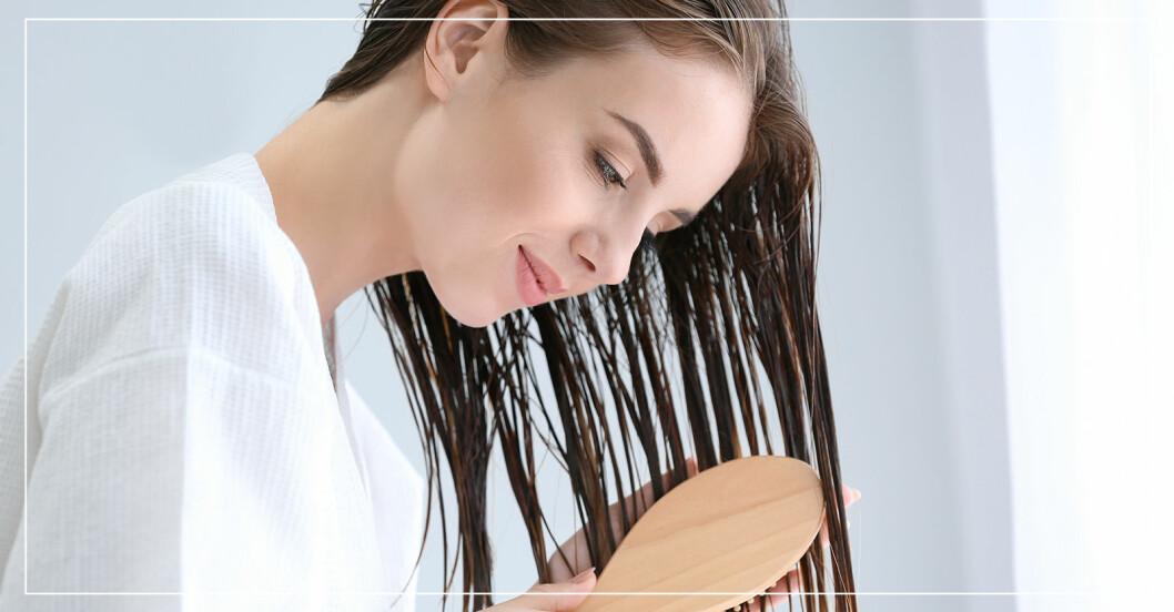 kvinna som borstar blött hår
