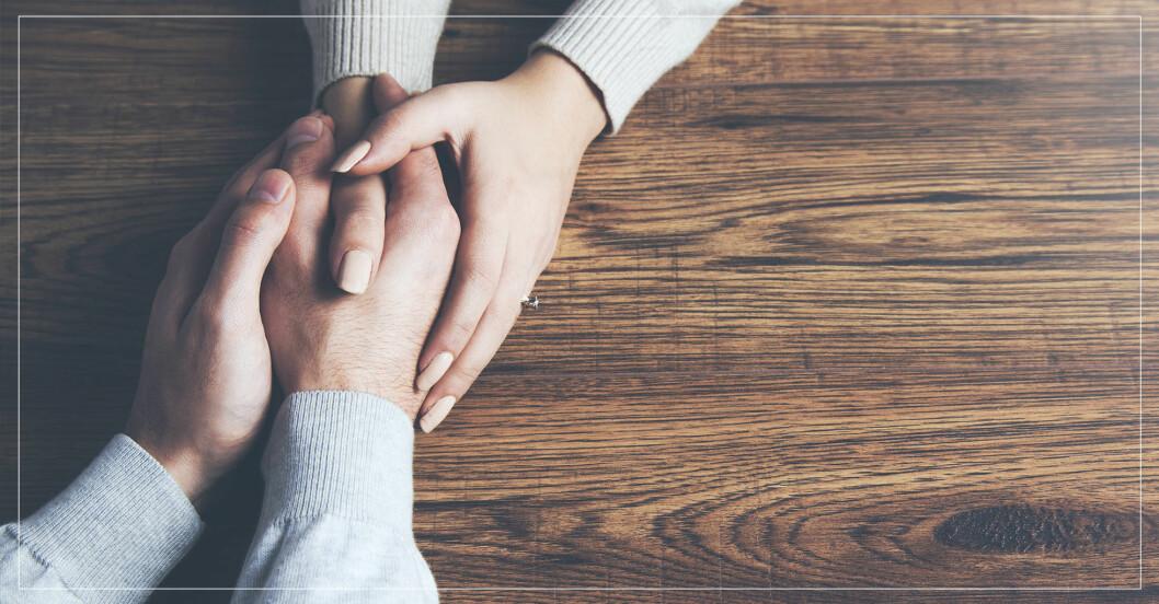 Par i bra relation håller varandras händer