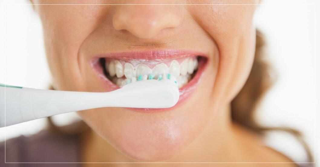 kvinna borsta sina tänder