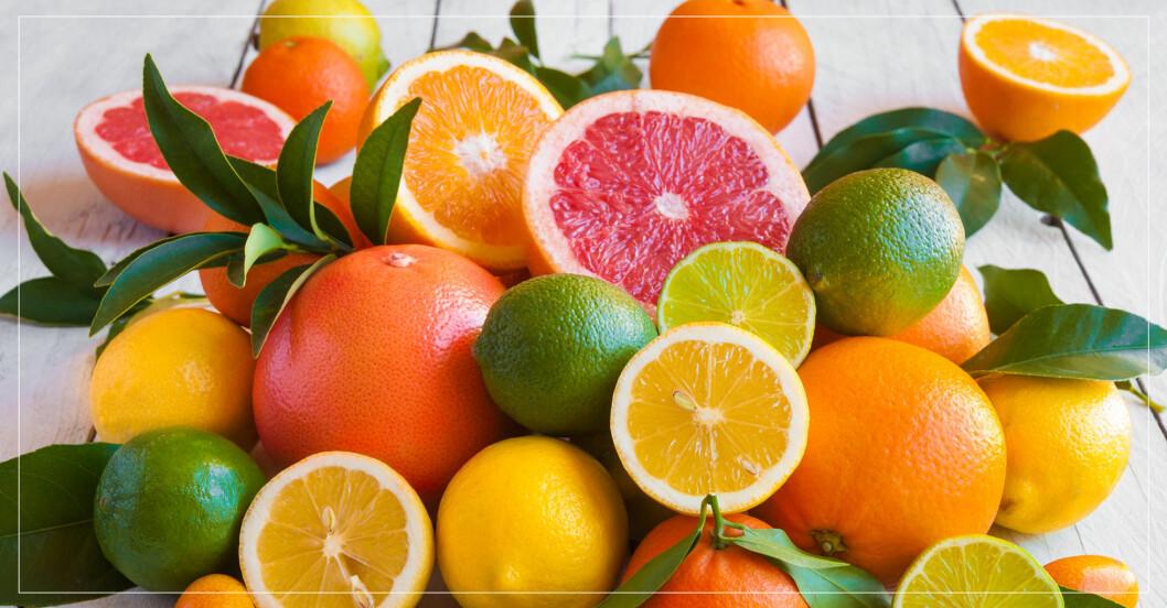 apelsiner, lime och andra citrusfrukter som ligger på ett bord