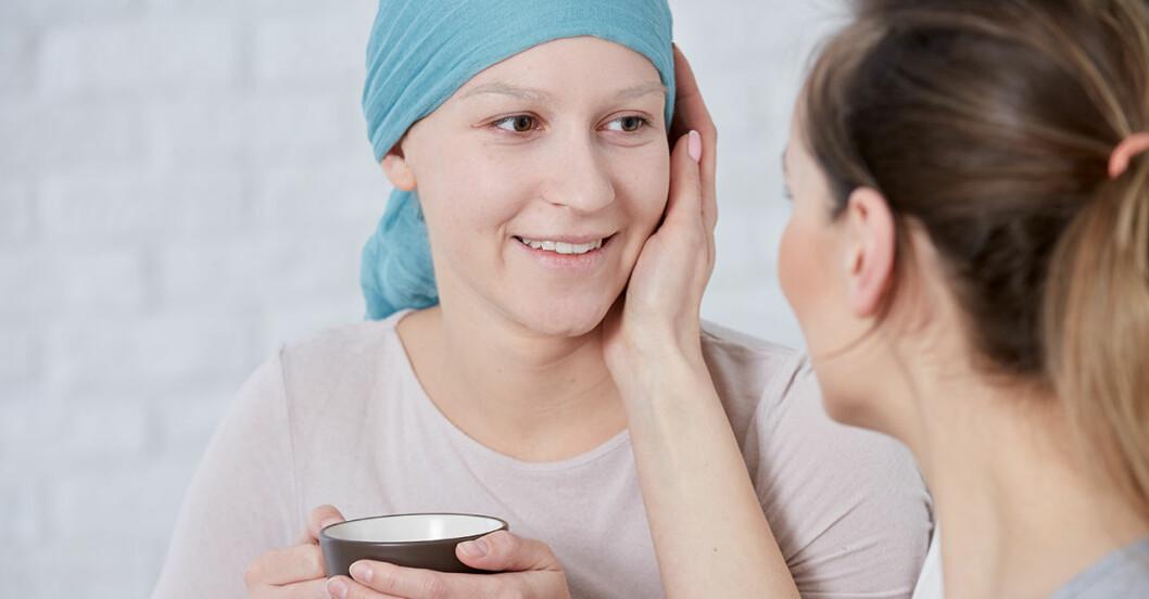 Yngre kvinna med turban tröstas av vän