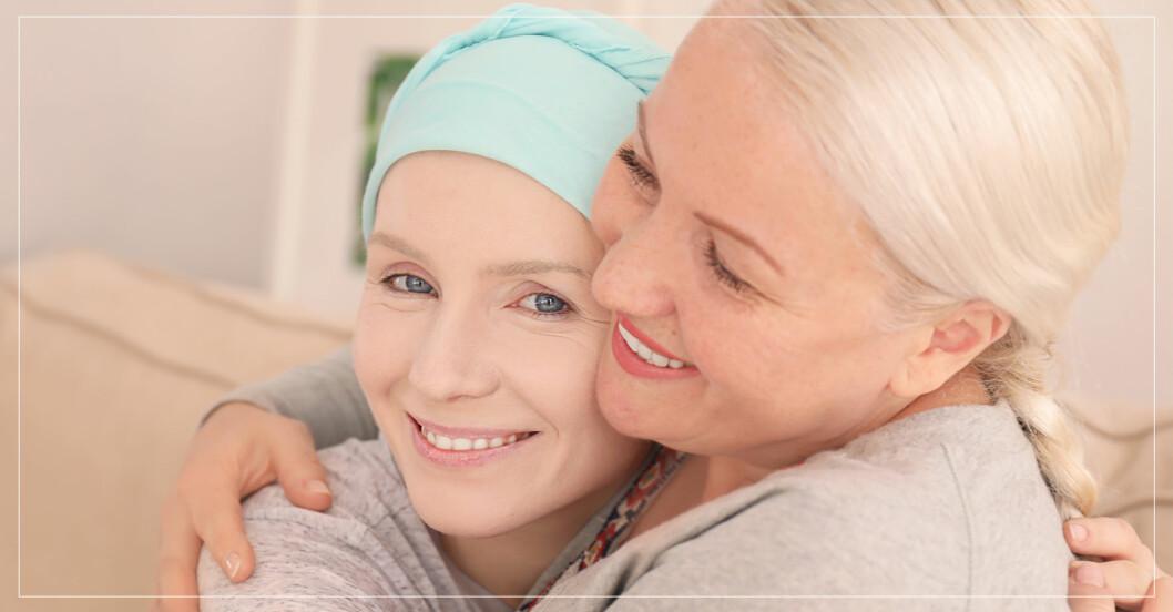 cancersjuk kvinna i turban får en kram av väninna