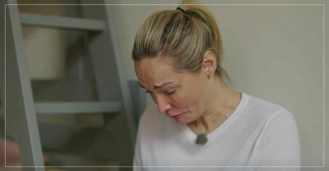 Carina Berg gråter.