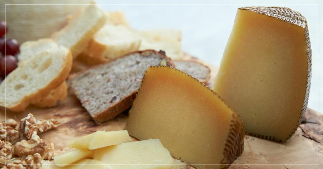 ost och bröd på en skärbräda