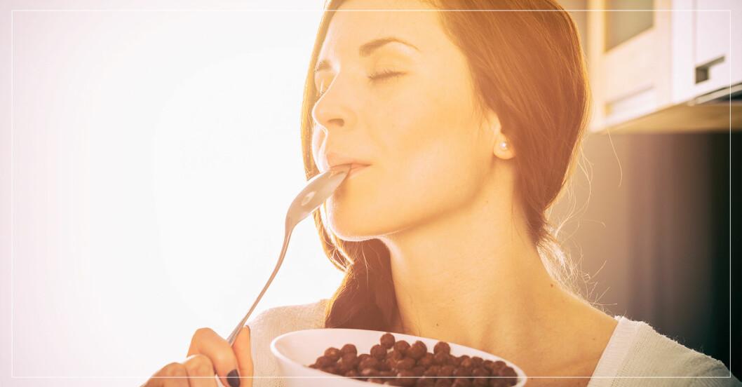 kvinna äter choklad till frukost, vilket är bra för hälsa, blodsocker och minne