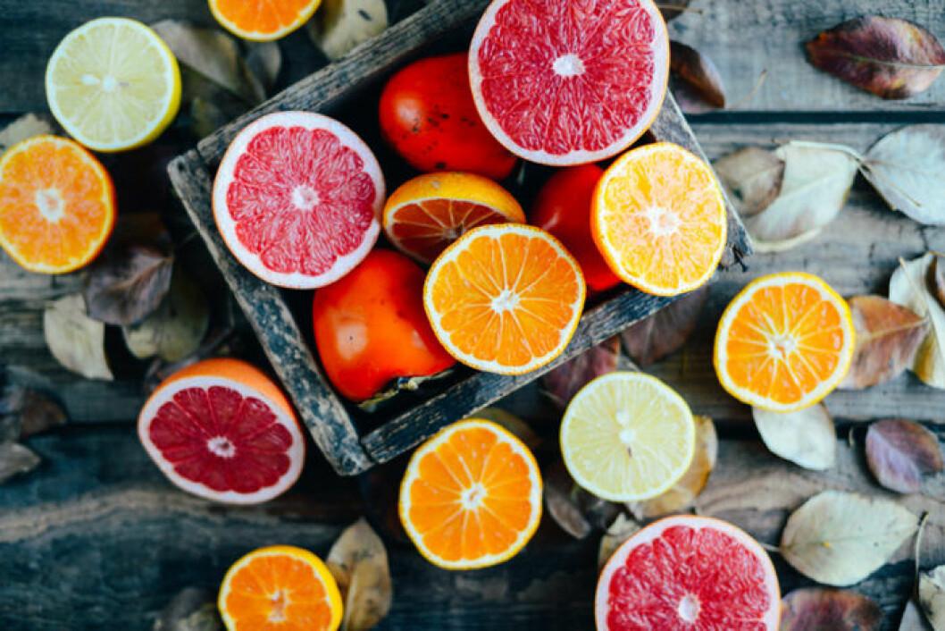 Olika citrusfrukter i halvor.