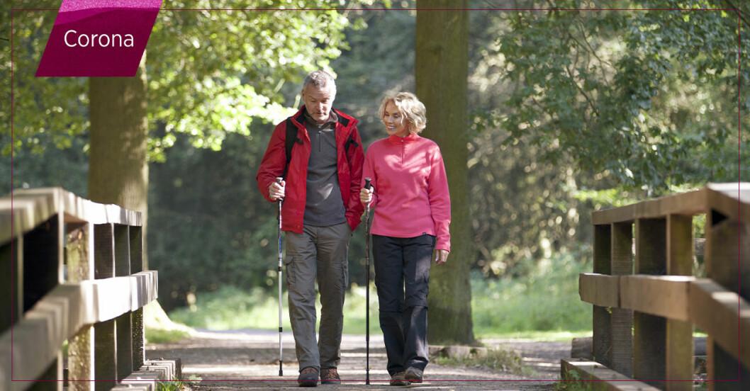 Äldre par ute på promenad i en park