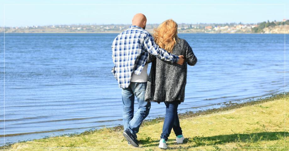 Ett överviktigt par på promenad