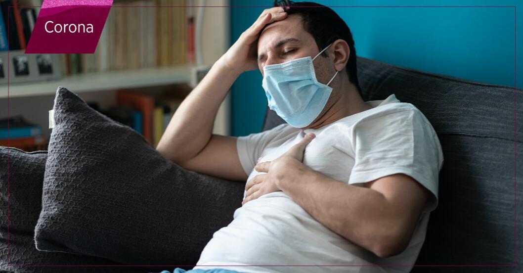 Sjuk man sitter i soffan med munskydd