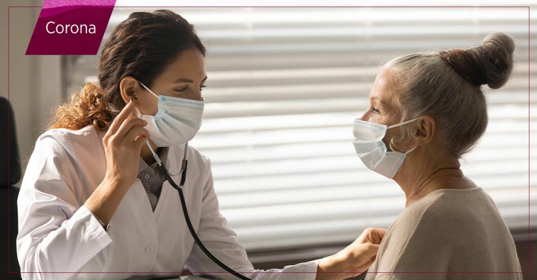 Äldre kvinna blir undersökt av läkare