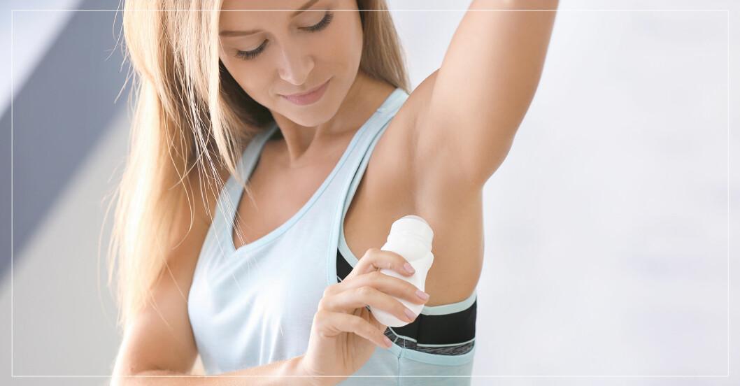 Kvinna som applicerar deodorant.