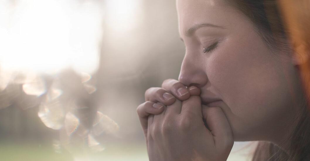 Deprimerad kvinna gråter i närbild