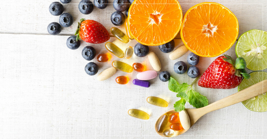 frukt, bär och vitaminer på ett bord