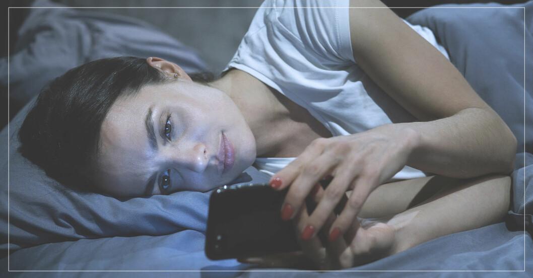 kvinna ägnar sig åt doomscrolling – läser negativa nyheter