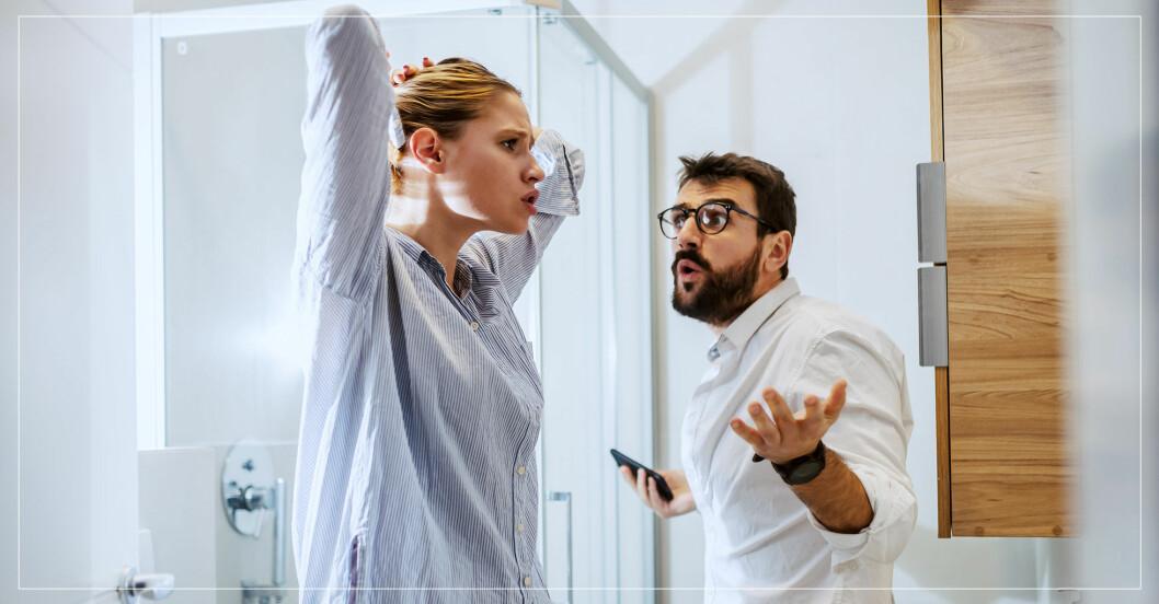 En man och en kvinna står i badrummet och argumenterar.