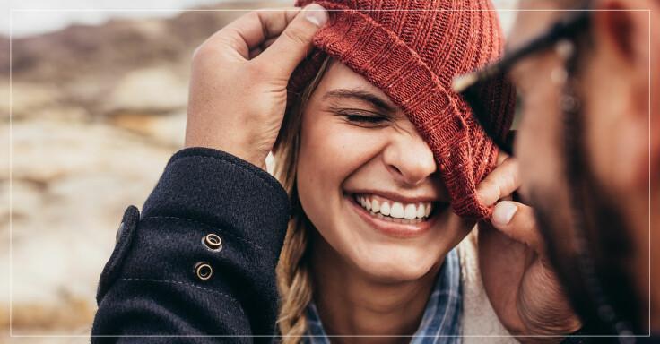 Ett kärlekspar skojar och skrattar med varandra.