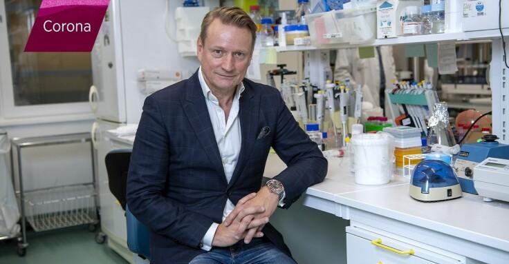 professorn Matti Sällberg sitter i en labbmiljö