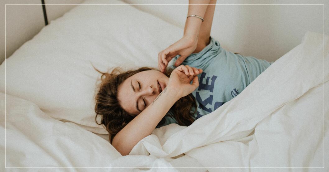 Tjej sover i sängen