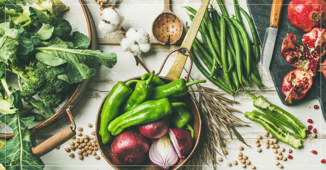 Färska grönsaker och frukter på ett bord.