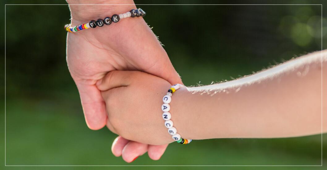 """armband """"fick cancer"""", två personer som håller varandra i handen."""
