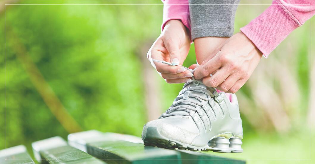Så gör du promenaderna till effektiva träningspass – kvinna knyter skorna och gör sig beredd att gå