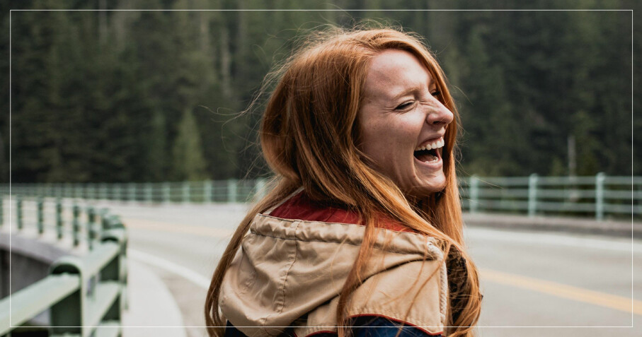 Glad kvinna med mycket energi
