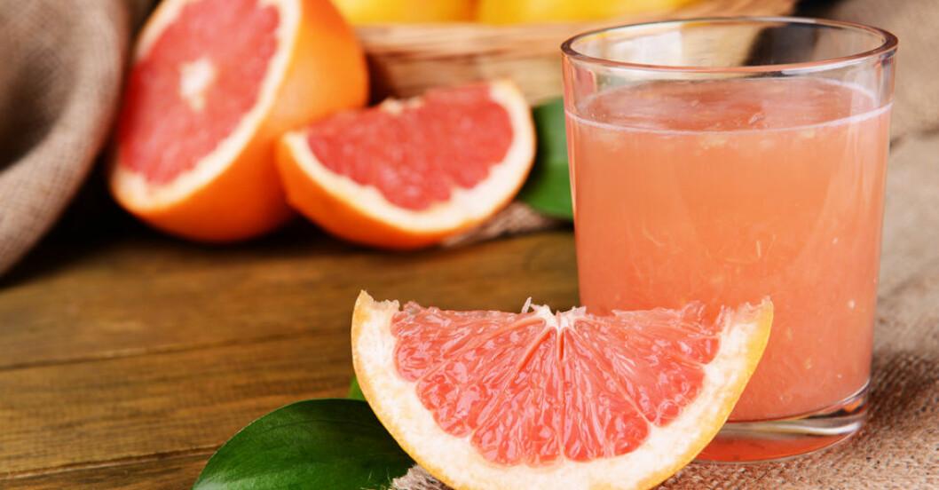 Färsk grapefrukt och grapefruktjuice.