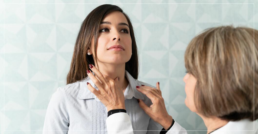 Kvinna som får sin sköldkörtel undersökt av läkare