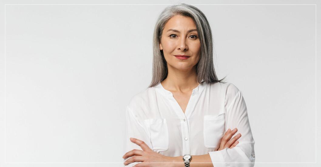 Medelålders kvinna med långt grått hår