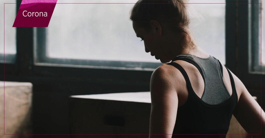 trött kvinna på gymmet