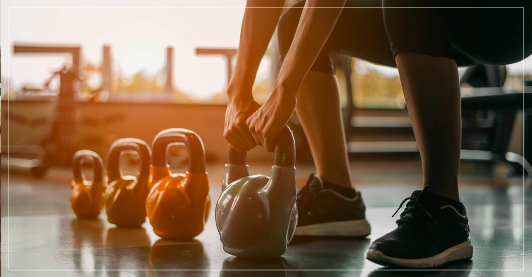 Kvinna tränar på gym, trots corona