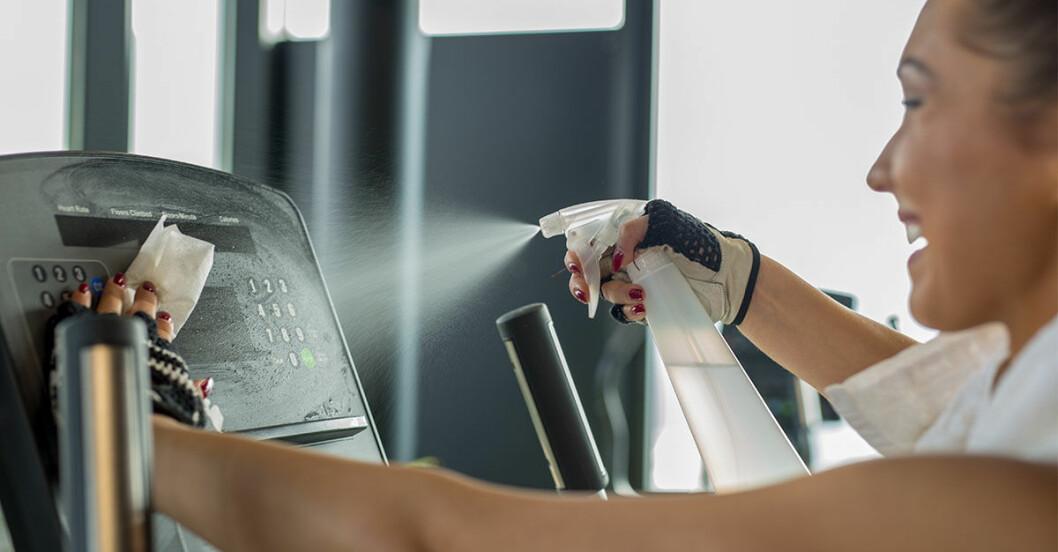 kvinna tränar på gym trots corona